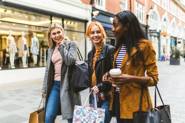 Распродажи, девушки идут на шопинг