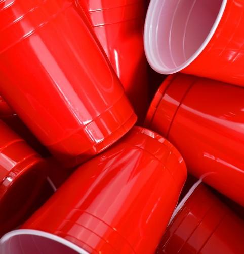 фото красных пластиковых стаканов